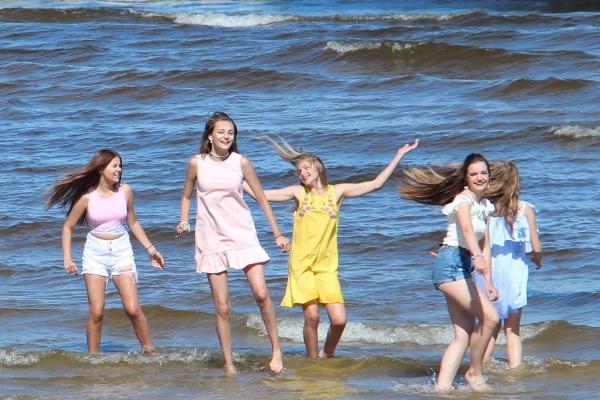 """Meiteņu popgrupa NANDO publicē īpaši vasarīgu dziesmas """"Bikini"""" video!"""