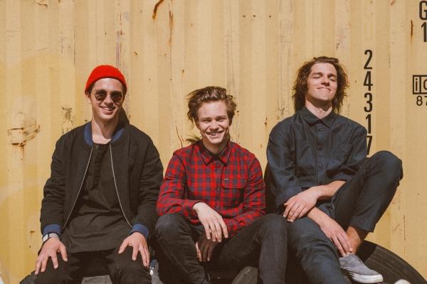 """Carnival Youth' izdod singlu un albumu """"Vienā vilcienā"""", izziņo koncertu Siguldas pilsdrupu estrādē."""
